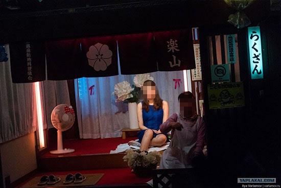 飛田新地(英)で働く女性の写真